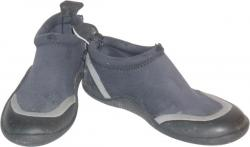 Deux chaussons en néoprène.