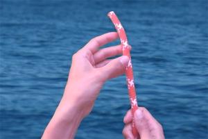 Prendre le bout à l'endroit où faire le nœud